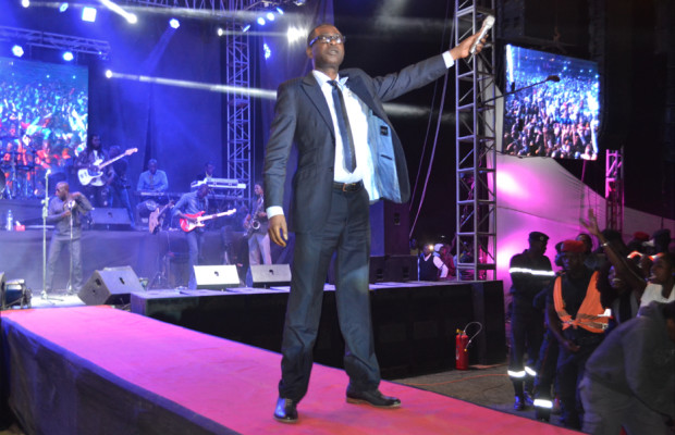 Youssou Ndour met le feu au stade Caroline Faye