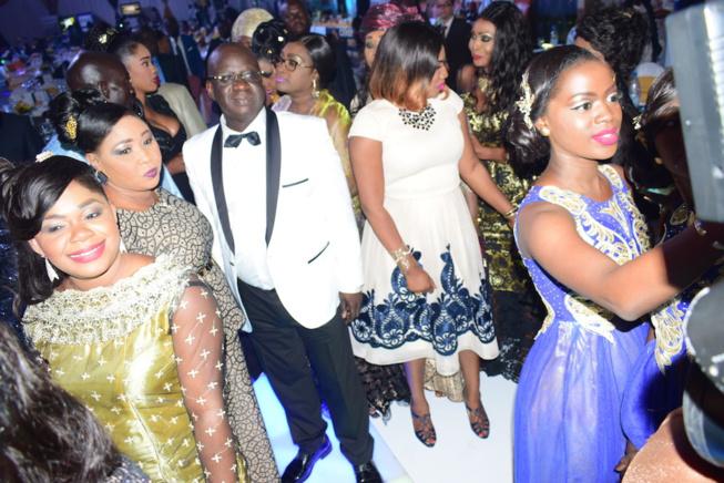 Pape Diouf fait danser le Président Mbagnick Diop à la plus prestigieuse soirée de gala de l'Afrique de l'ouest. Regardez