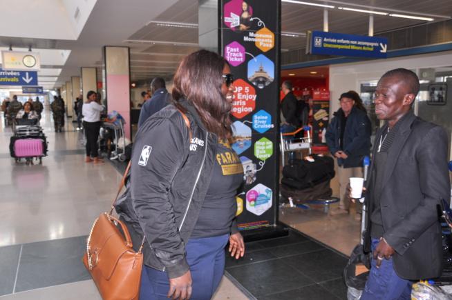 Arrivé de Waly Seck à l'aéroport Orly pour le concert du 22 avril au Dock Pullman