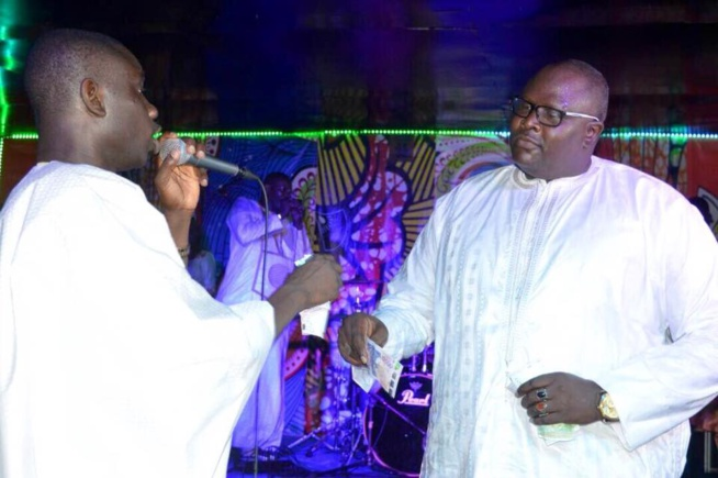 """Serigne Sam Fall l'époux de Fatou Abdou Ndiaye de la Sen Tv   dans ses œuvres à la soirée """"Ndeweneul Tabaski"""" de de Pape Diouf"""