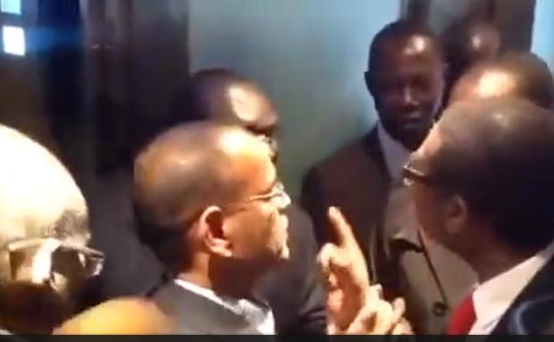 Vidéo – Youssou NDOUR se bagarre en public, heureusement pour le roi du mbalakh ses gardes ont fait le nécéssaire