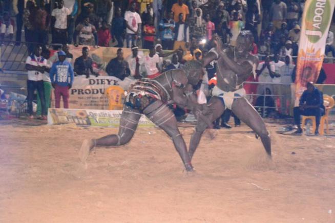 Combat de lutte Laye Gothe vs Mbaye Goy gui en images au stades.