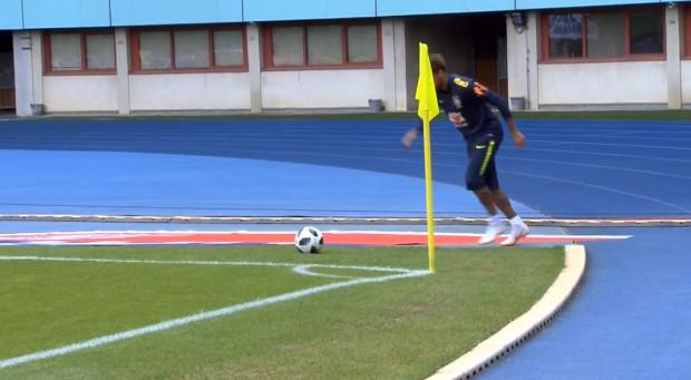 Vidéo – Brésil: Neymar régale à l'entrainement avec un corner direct tiré derrière la ligne