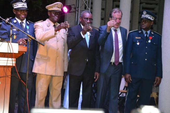 174 IMAGES À la résidence de l'ambassade de la France à Dakar avant le 14 Juillet féte de la Révolution Française.
