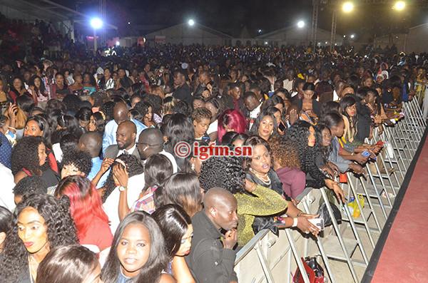 Les premières images du Grand Bal , Youssou Ndour transforme le CICES en stade et démontre sa suprématie.