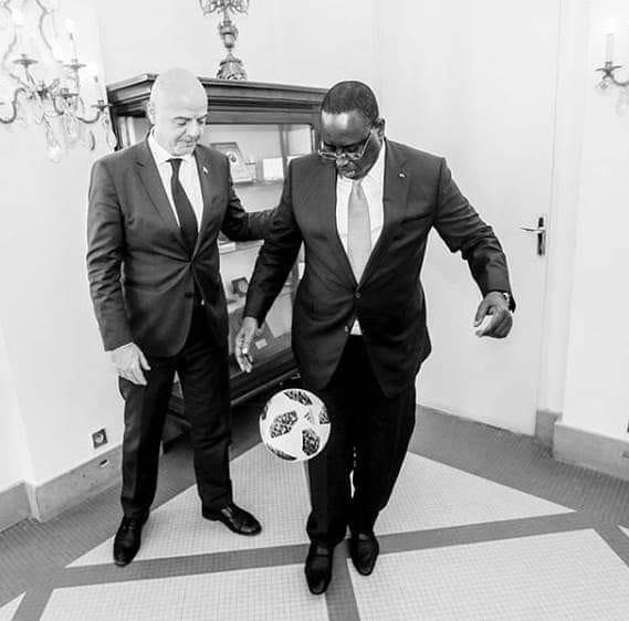 Macky Sall jongle avec ballon devant Gianni Infantino, le président de la FIFA