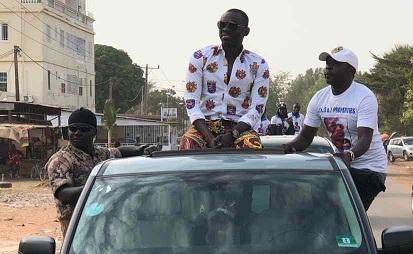 Vidéo : Regardez Pape Diouf accueilli en fanfare en Gambie avant ses concerts du 15, 16 et 17 Février