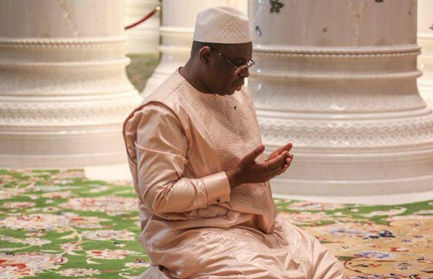Abou Dabi: Quand Macky fait sa prière, dans l'une des plus belles mosquées du monde
