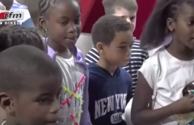 Nelson Mandela le fils de Youssou Ndour chante aves ses amis sur le plateau de Yewouleen