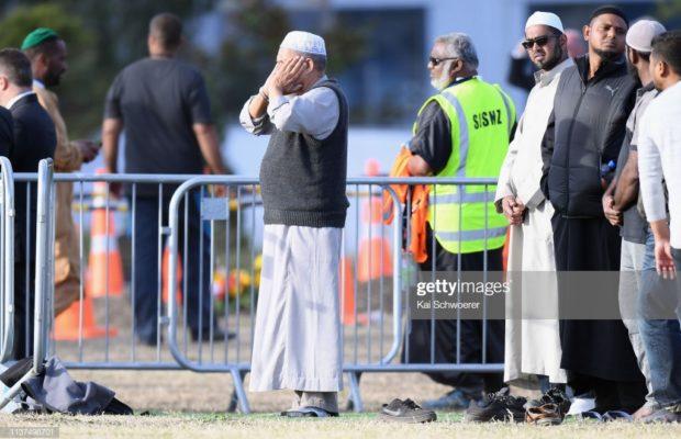 L'appel à la prière a été diffusé dans toute la Nouvelle-Zélande en direct ! Plus de 20.000 personnes ont assisté aux funérailles des 50 musulmans tués