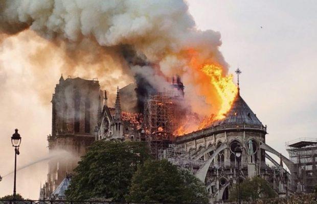 La flèche de Notre-Dame de Paris s'effondre en raison d'un vaste incendie
