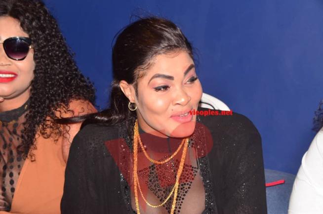 Vidéo émouvant: Les Chaudes larmes de Mandiaye Seck dans les bras de sa mère face à la presse pour la sortie de son album;