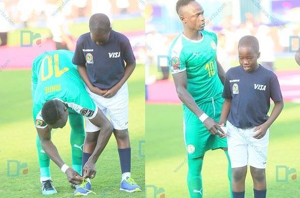 Le geste de classe de Sadio Mané qui refait le lacet d'un enfant