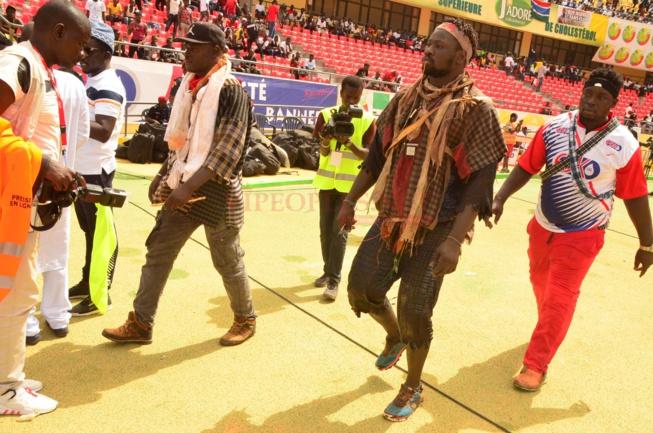 Ambiance et incident chez Boy Niang 2 en tre les GMI et supporters avant d'aller au stade.