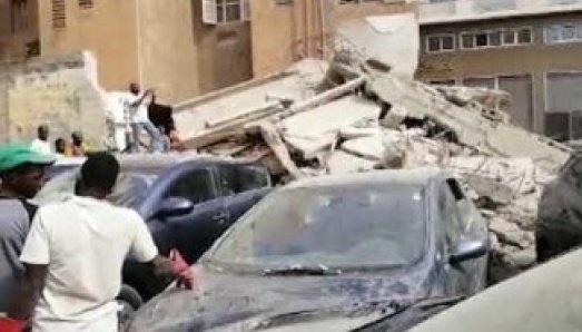 CENTRE-VILLE : L'effondrement spectaculaire d'un immeuble endommage plusieurs voitures