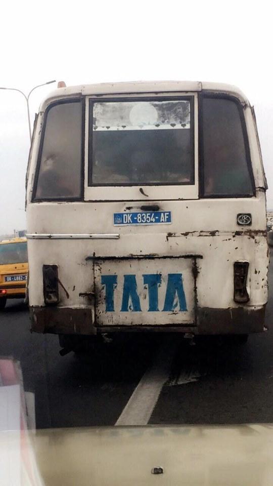 "Un bus ""Tata"" en pleine circulation sans feu de signalisation"