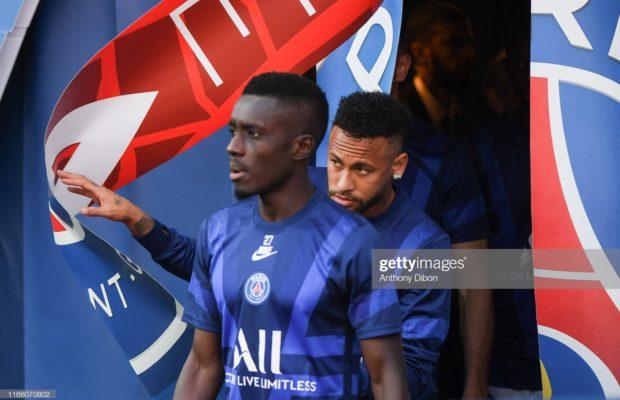 Neymar insulté, des chants à la gloire de Cavani : Le comité d'accueil des supporters parisiens au coup d'envoi de PSG-Strasbourg