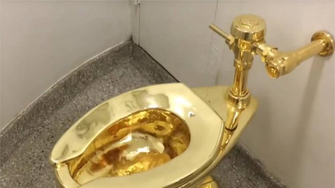 Un wc en or massif dérobé dans un palais en Angleterre