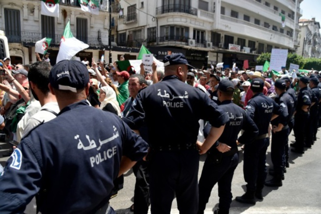 Algérie: Deux morts dans des heurts entre protestataires et des policiers