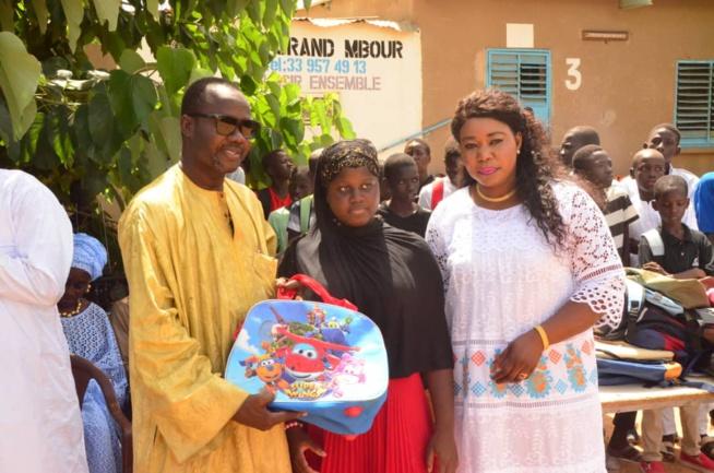 OEUVRES SOCIALES: La présidente de l'Association Feu Mamadou Diop Miroir Citoyenneté, Diatou lors de la distribution des 10 000 Kits scolaires aux établissements de Mbour