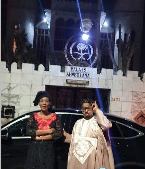 Oumou Kalsoum SY et sa nouvelle voiture devant le palais son mari Ahmed Khalifa NIASS