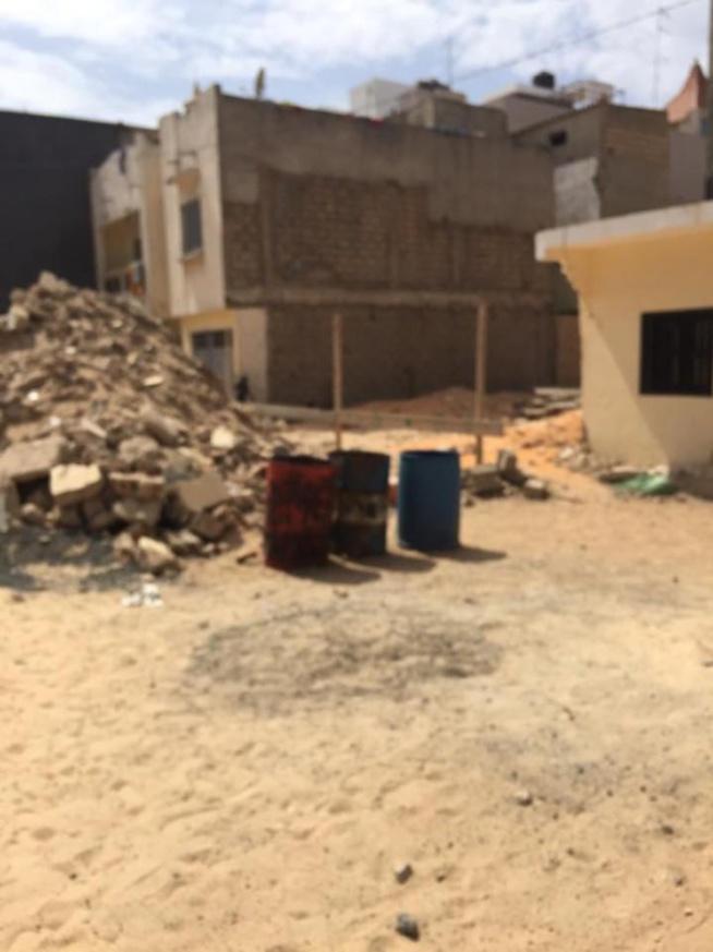 """Parcelles Assainies, Unité 13: Des débris d""""une maison en construction empestent l'air frais"""
