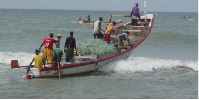 6 pêcheurs de Thiaroye disparus en mer : l'Etat met à disposition 2 bateaux et un hélicoptère, 2 millions de francs FCFA, remis aux familles