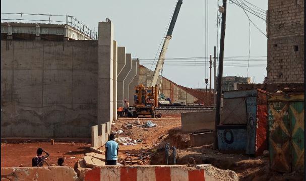Chantiers du TER à Fass Mbao : un gros caillou tombe du pont en construction sur la tête d'une femme