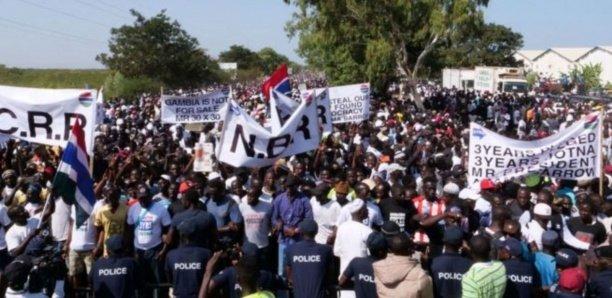 Des Gambiens dans la rue pour exiger le départ du président Adama Barro