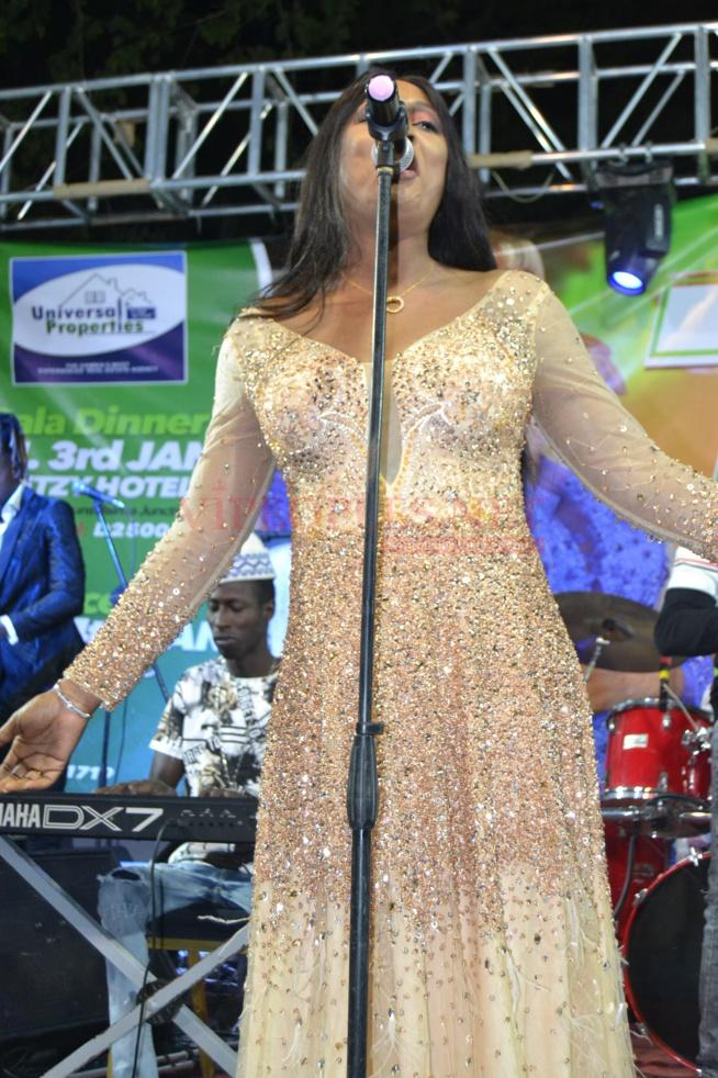 PHOTOS: Admirez la robe classe et élégante de TITI  qui a illuminé son public en Gambie.