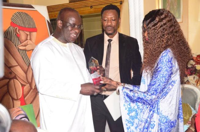 VIPEOPLES décerne le trophée de l'homme de l'année 2019 au président Mbagnick Diop du MEDS. CATEGORIE HOMME D'AFFAIRES