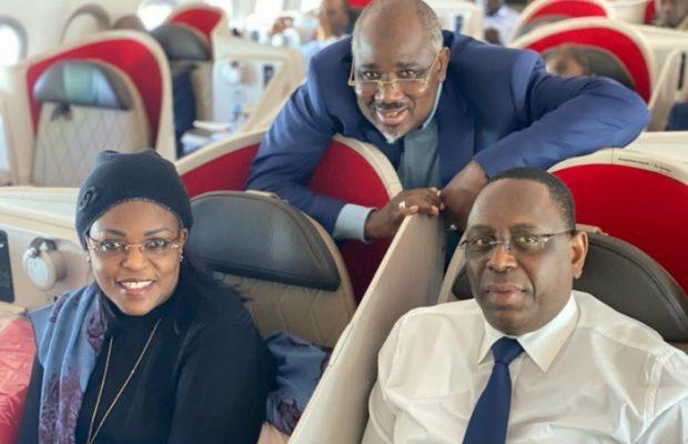 Le couple présidentiel pose avec Farba Ngom à bord de Air Sénégal