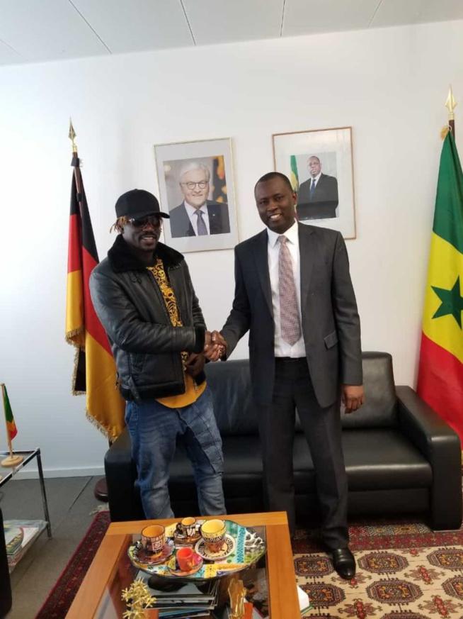 L'ambassadeur du Sénégal en Allemagne reçoit l'artiste Pape Ndiaye Thiopete et le Promoteur Gambien Modou Low