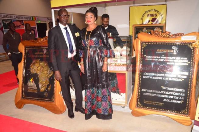 Adji Thiam bijoutérie la solution l'islam 2 grazellia toute ravissante en compagnie de son mari Mr Niang Pdt des bijoutiers du Sénégal au SIAD 2020