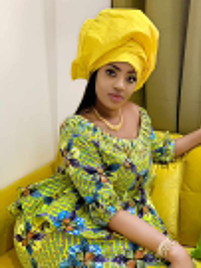 Betty Dia, devenue égérie de plusieurs marques au Sénégal, admirez là dans sa tenue simple. Taille basse bouni moute
