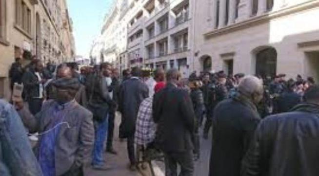 Vidéo :Rassemblement des Sénégalais devant le consulat de Paris pour l'aide destinée à la diaspora