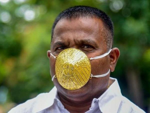 Insolite: Un Indien porte un masque en or pour se protéger du coronavirus