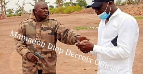 dengler : Armé d'un pistolet, cet homme menace des députés en visite sur les terres attribuées à Babacar Ngom