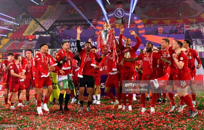 Liverpool soulève enfin son trophée, regardez la remise avec Sadio Mané!
