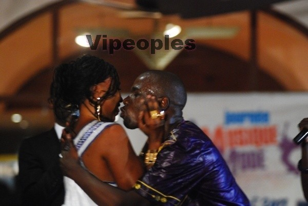Djiby Dramé embrasse sa femme en public!