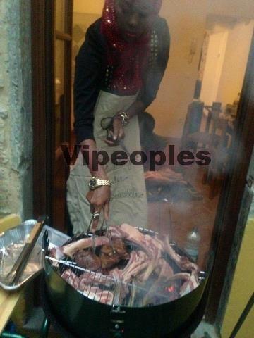 Sira Cissokho cuisine le jour de la tabaski