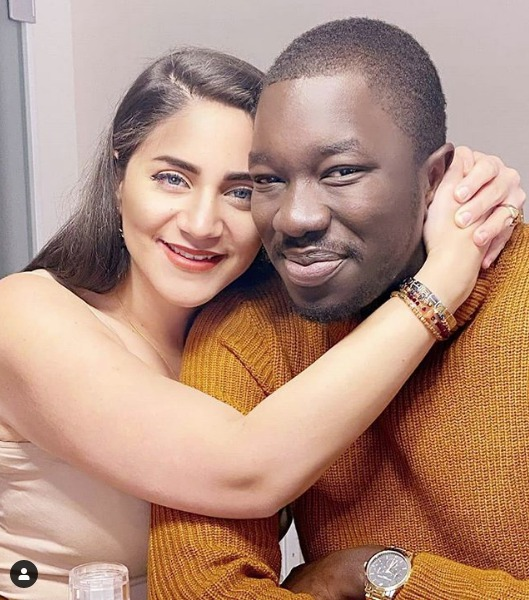 Découvrez La complicité entre l'Inspecteur Dione et sa femme, très amoureux, regardez