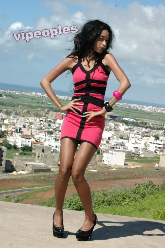 Khadija Fall prend la pose en plein air