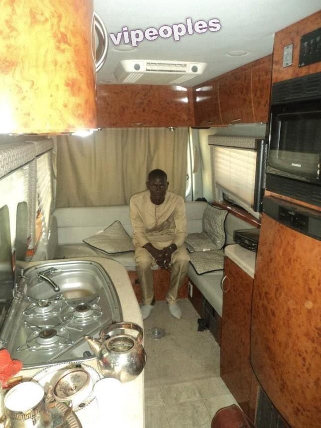 Fadel Mbacké dans le camping car de Ahmed Khalifa Niasse!