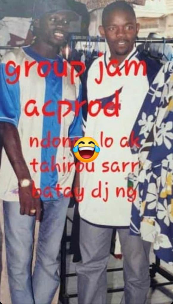 Cette ancienne photo de feu Ndongo Lo avec son ami Tahirou Sarr, marchand ambulant fait le buzz actuellement !