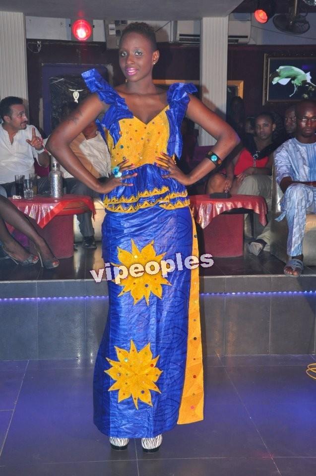 Le mannequin Adja Oumou Seck en plein défilé