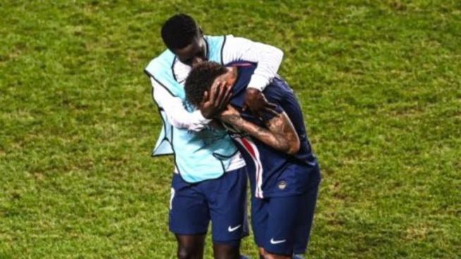 Neymar consolé par Gana après la défaite face au Bayern