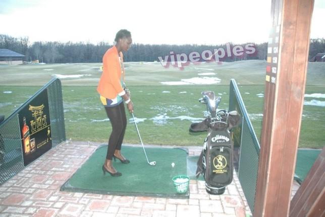 Dji Dieng jouant au golf