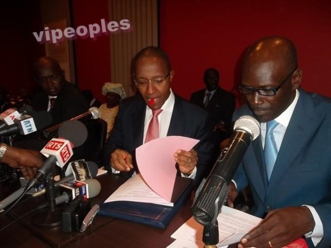 Le premier ministre Abdoul Mbaye le capuchon dans la bouche comme ça se faisait à l'élémentaire
