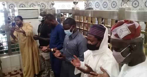 Akon au mausolée de Baye Niass pour la réussite de son projet